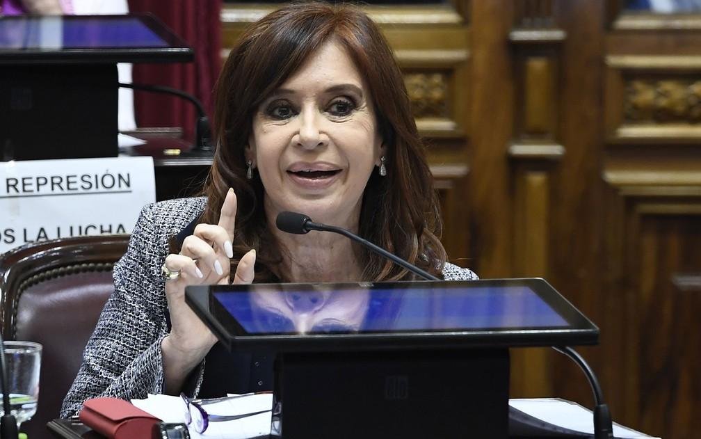 A senadora Cristina Kirchner discursa durante sessão do Senado na qual foi autorizada a revista de suas residências, na quarta-feira (22) — Foto: Luciano Ingaramo/Prensa Senado/AFP