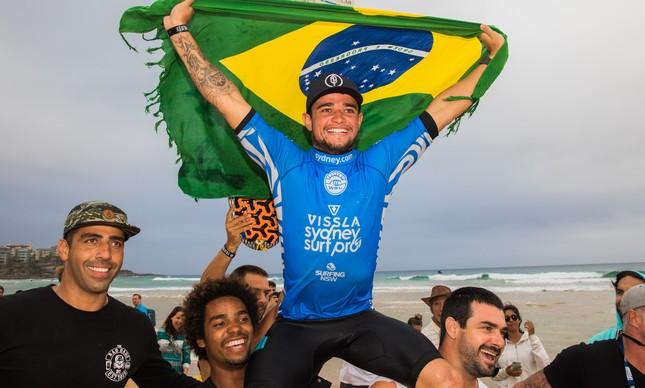 Deivid Silva comemora a vitória no Sydney Surf Pro