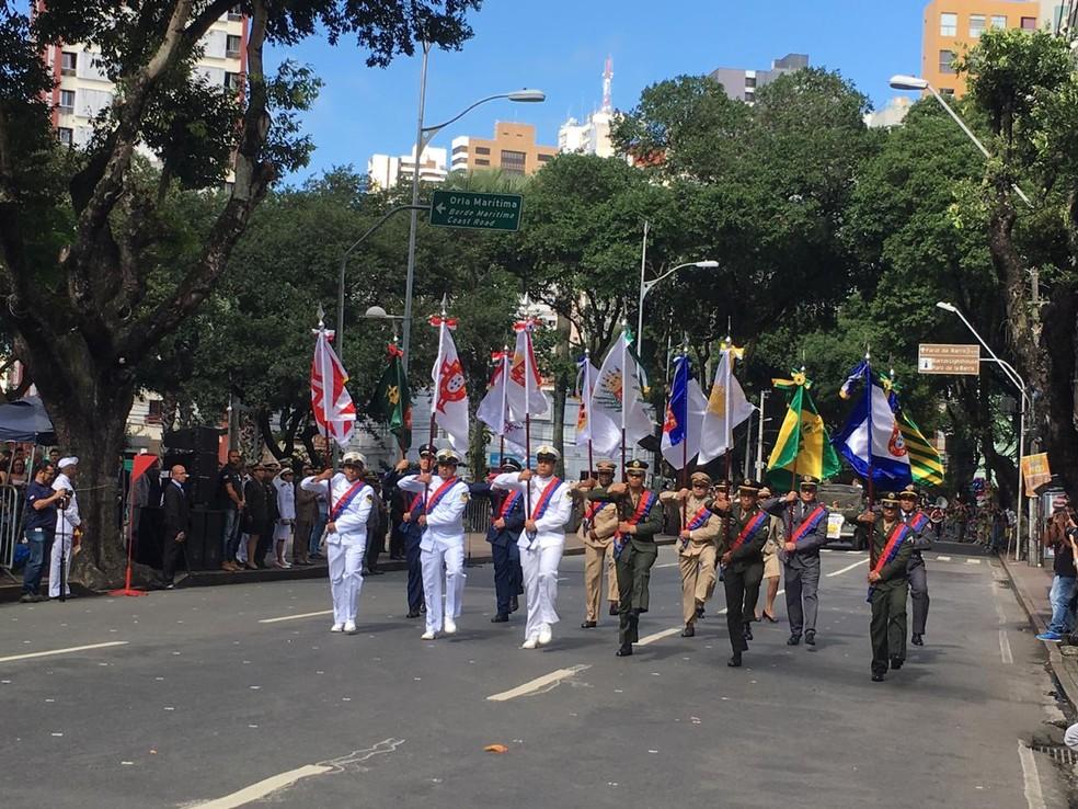 Tropas no início do desfile do 7 de setembro em Salvador — Foto: João Souza/ G1