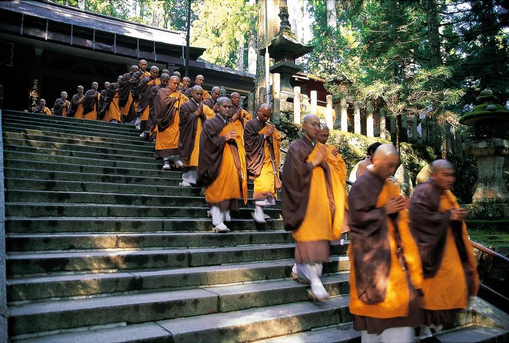 -  Monges budistas descem escadaria de um dos templos do Monte Koya, no Japão  Foto: Gotin Michel/Hemis via AFP/Arquivo