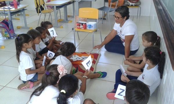 Ana Catarina dos Reis com os alunos na Escola Municipal Matilde Zanata, na zona rural de Sorriso/MT