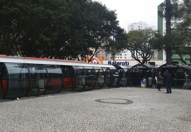 Estações-tubo na Praça Rui Barbosa, em Curitiba. Sistema de transporte público da cidade é referência no país (Foto: Paulo Victor Chagas/Agência Brasil)