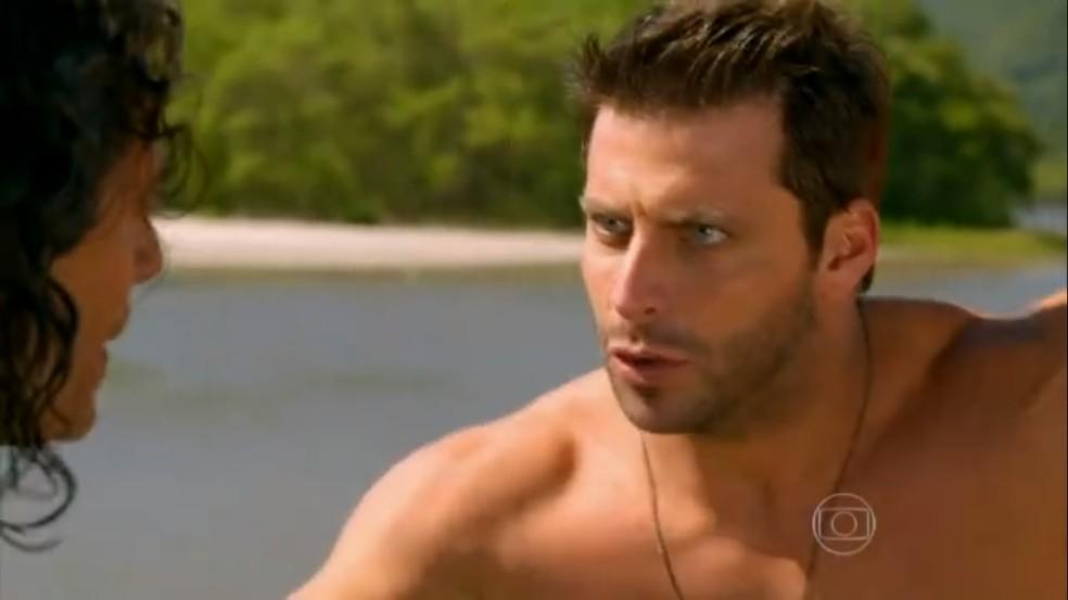 Cassiano (Henri Castelli) decide se jogar no mar para fugir em 'Flor do Caribe' — Foto: TV Globo