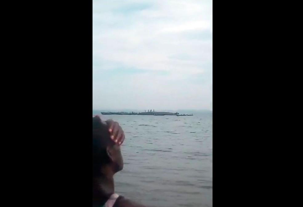 Uma pessoa observa nesta sexta-feira (21) as buscas por sobreviventes de naufrágio de balsa no Lago Vitória, na Tanzânia  — Foto: Mteule Gosberth Kahangile via AP