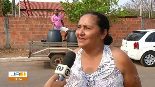 Moradora dá água de graça para vizinhos após cidade ficar 2 meses sem abastecimento: 'para quem precisar'