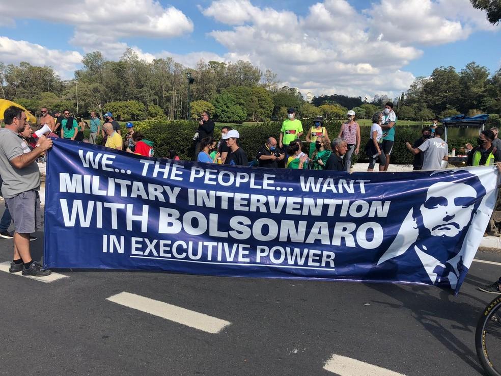 Faixa pedindo intervenção militar — Foto: Reprodução/TV Globo