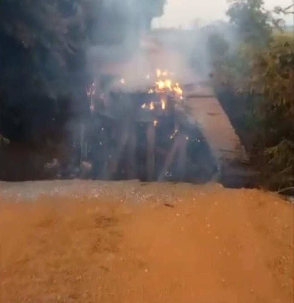 Ponte entre os municípios de Nova Santa Helena e Marcelândia pegou fogo — Foto: Divulgação