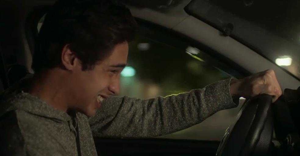 Valentim entra no carro furioso e se envolve em acidente (Foto: TV Globo)