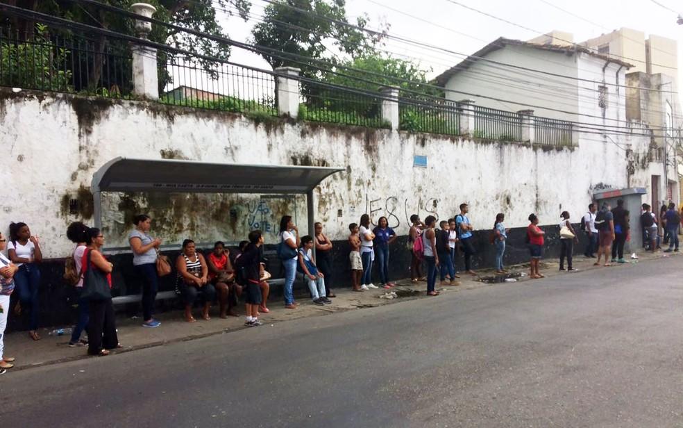 Passageiros aguardam ônibus no bairro da Federação (Foto: Juliana Almirante/G1)