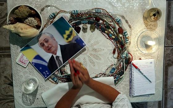 Mãe de santo faz previsões sobre o futuro de políticos brasileiros. De eleições a Lava Jato, cenário turbulento eleva procura a explicações espirituais (Foto: MARCELO THEOBALD/AGÊNCIA O GLOBO)