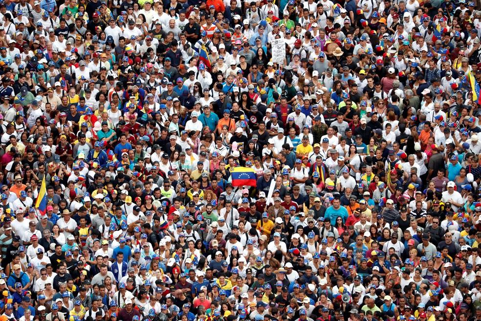 Opositores do governo de Nicolás Maduro se reúnem em Caracas, nesta quarta-feira (23) — Foto: Carlos Garcia Rawlins/ Reuters