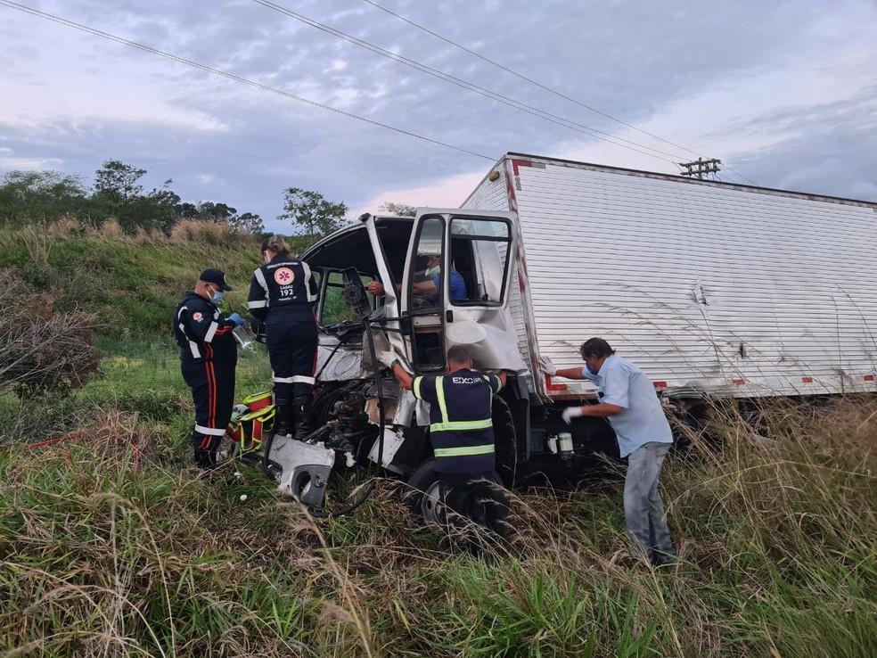 Socorristas durante o trabalho de retirada do motorista do caminhão, que ficou preso às ferragens — Foto: João Trentini/Divulgação
