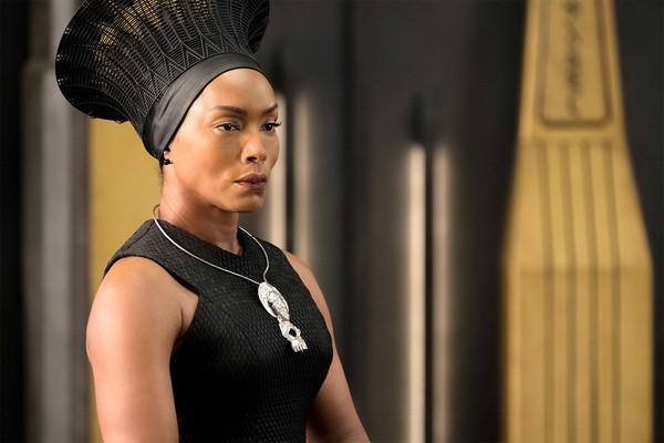 A atriz Angela Basset em cena de Pantera Negra (2018) (Foto: Divulgação)