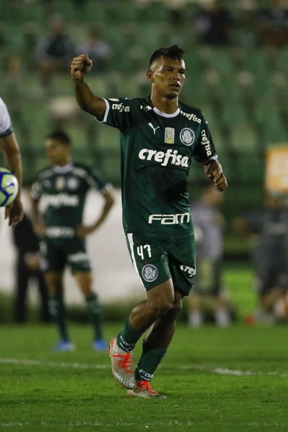 Gabriel Veron festeja um dos gols contra o Goiás — Foto: Ricardo Moreira / Estadão Conteúdo