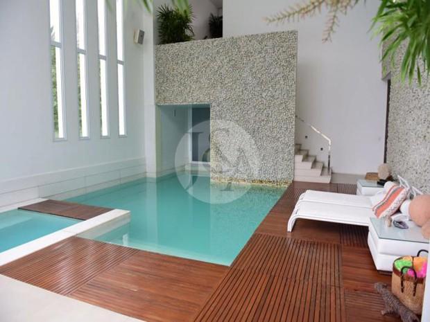ÁREA INTERNA | Piscina coberta na mansão da apresentadora Xuxa Meneguel (Foto: Judice & Araujo Imóveis/Reprodução)