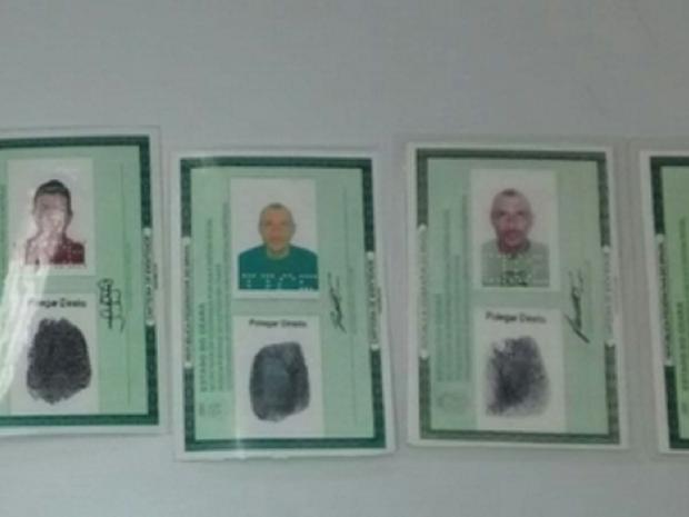 Com ele, os policiais apreenderam dois espelhos de documento de identidade sem identificação, além de duas carteiras de identidades (Foto: SSPDS/Divulgação)