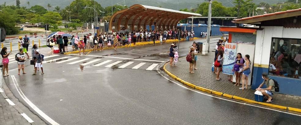 Ponto de ônibus cheio na manhã deste domingo (13) — Foto: Arquivo Pessoal