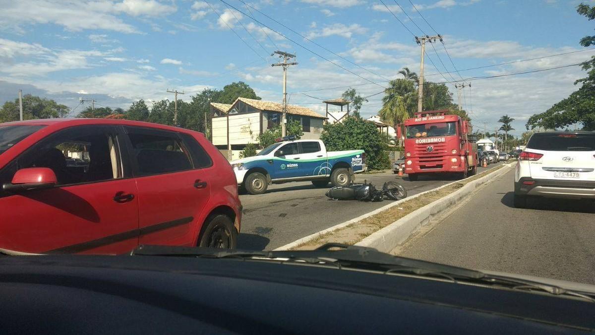 Acidente na principal via de Búzios, RJ, causa longo engarrafamento nesta segunda; vídeo