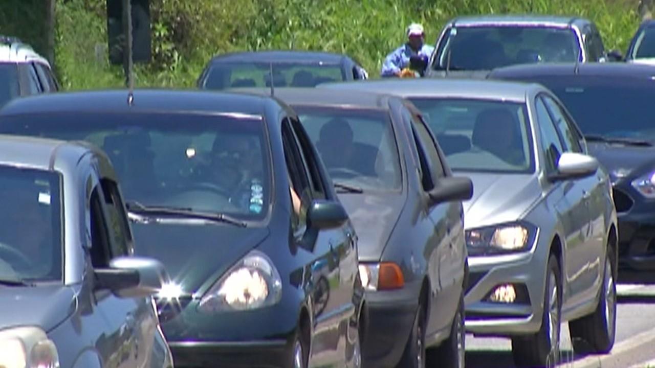 Calor leva motoristas ao litoral e deixa Mogi-Bertioga congestionada