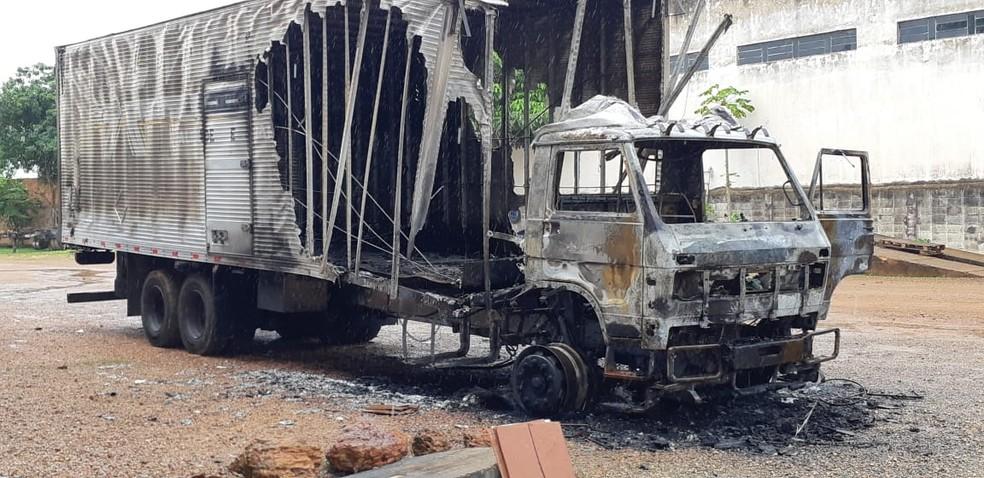 Homem também incendiou o caminhão em que trabalhava  — Foto: Cássia Firmino/ G1