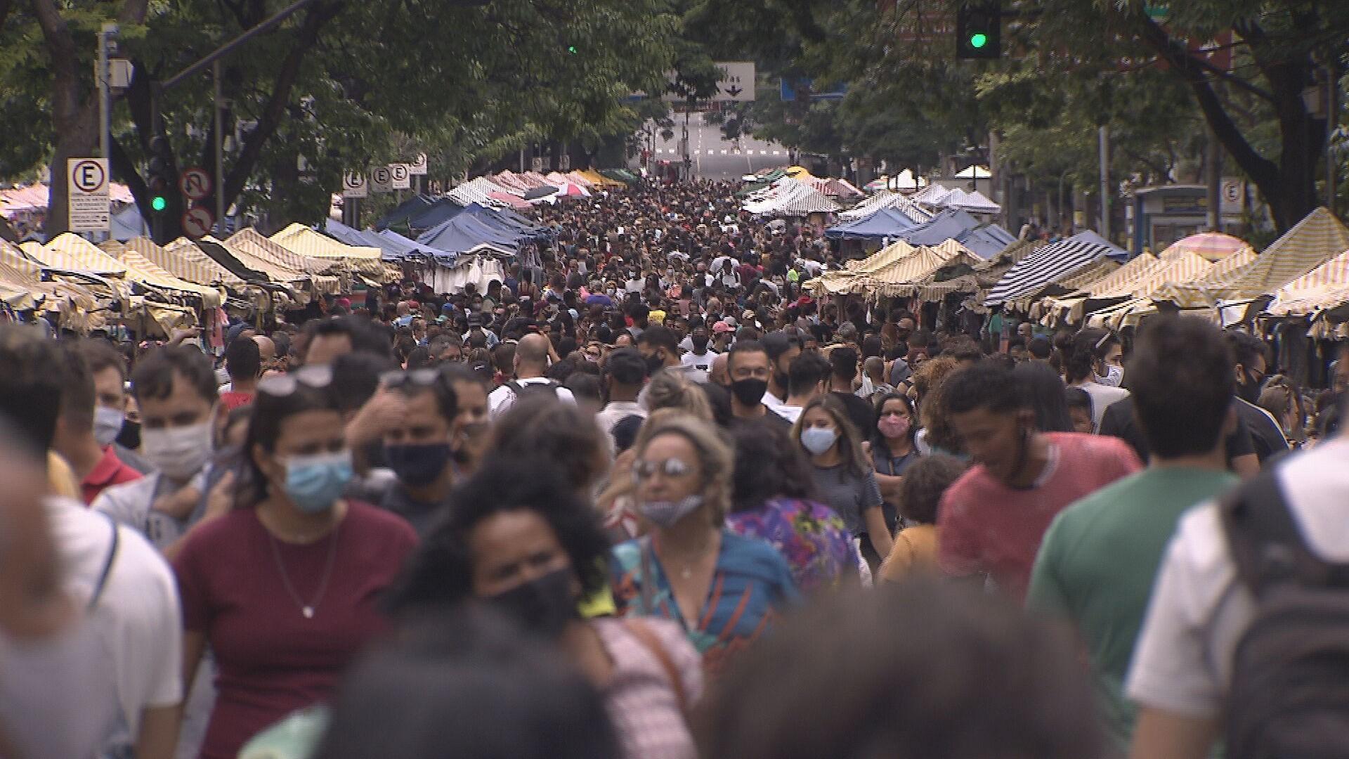 Prefeitura flagra descumprimento de protocolos contra a Covid-19 na Feira Hippie, em BH, e não descarta revisão de regras