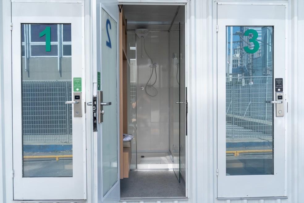 Cabines oferecem chuveiro, armários e carregadores de celular. — Foto: Marcelo Brandt / G1