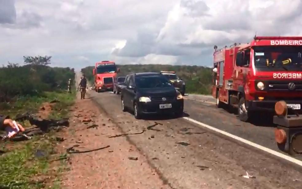 Trânsito ficou lento na região após o acidente (Foto: Danilo Ribeiro/TV Bahia)