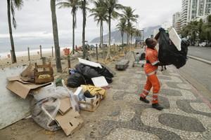 Agentes da Comlurb trabalham na praia de Ipanema, na Zona Sul do Rio