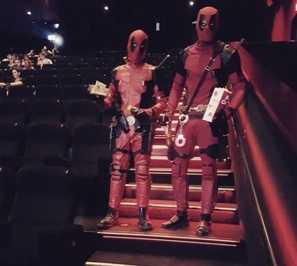 Alessandro Botto e seu amigo Christian fantasiados de Deadpool em cinema na Suíça (Foto: Instagram)