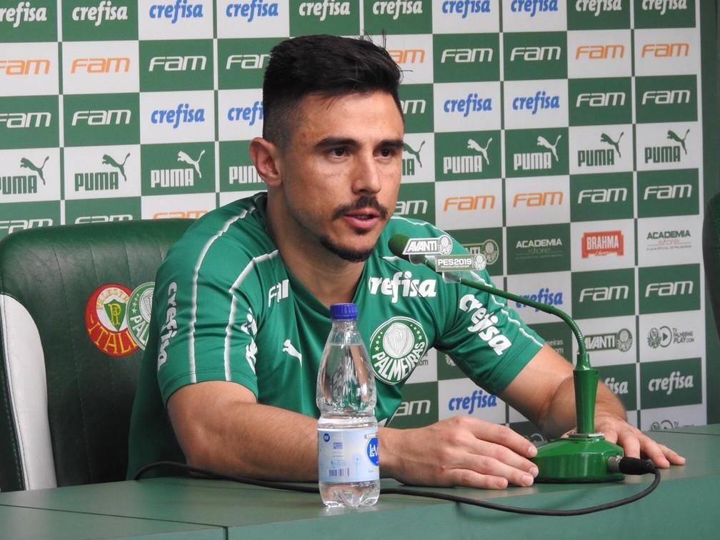 Willian, do Palmeiras, deu entrevista coletiva na Academia de Futebol nesta quinta-feira — Foto: Felipe Zito