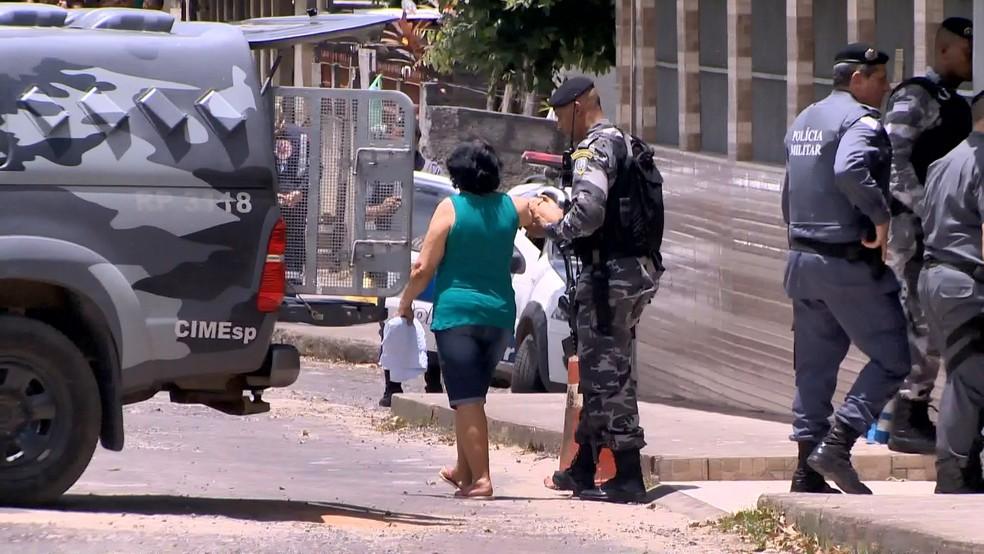 Idosa sendo amparada pelos policiais após ser feita refém (Foto: Ronaldo Rodrigues/ TV Gazeta)