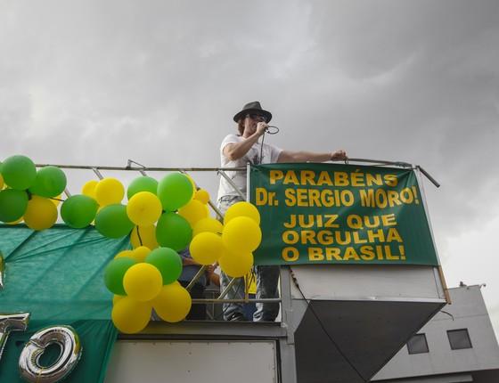 Manifestantes contrários a Lula em Curitiba (Foto: André Rodrigues/Época)