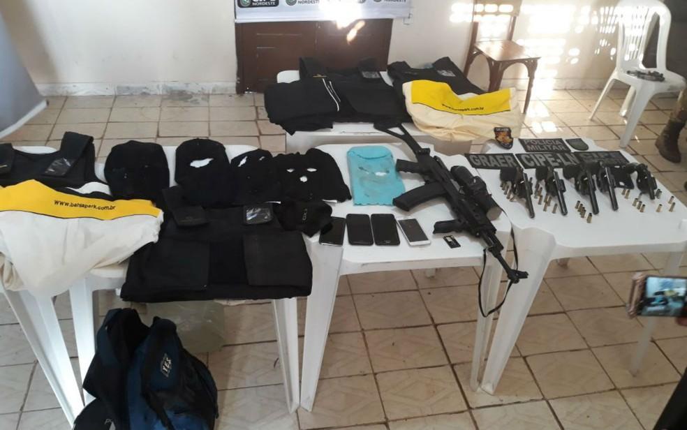 Armas, coletes, munições e celulares apreendidos pela polícia após a morte dos suspeito de roubo a banco na Bahia (Foto: Divulgação/SSP-BA)