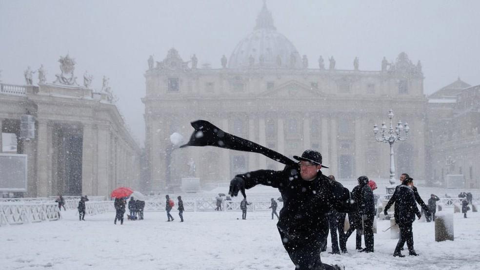 Até sacerdotes brincaram com a neve no Vaticano  (Foto: Reuters/BBC)