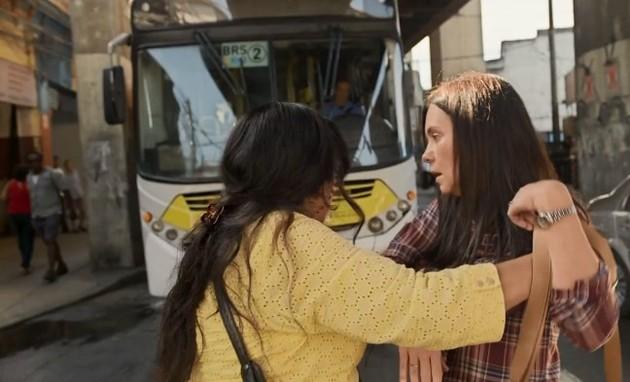 Regina Casé e Adriana Esteves em cena de 'Amor de mãe' (Foto: Reprodução)