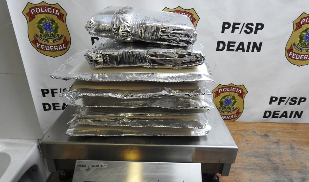 A droga estava dentro da mala de um homem que iria embarcar para a África — Foto: Divulgação PF