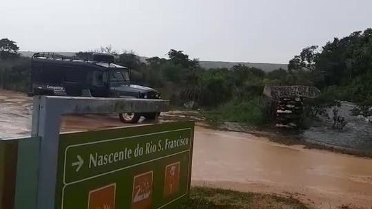 Vídeo mostra nascente do Rio São Francisco transbordando nesta terça-feira após chuva em MG