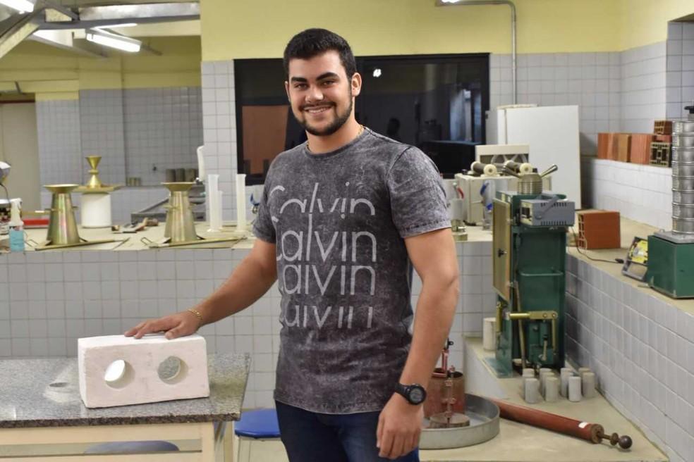 Estudante paraibano ganha prêmio internacional com projeto de tijolo sustentável desenvolvido em universidade de Campina Grande — Foto: Divulgação/Assessoria Uninassau