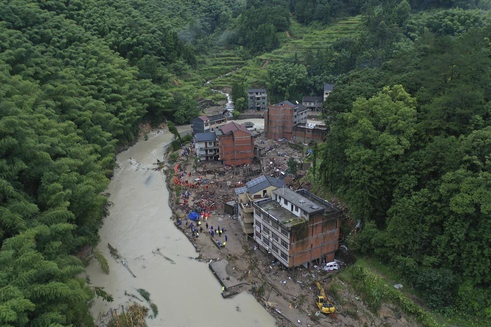 Socorristas seguem busca por desaparecidos após passagem do tufão Lekima pelo leste da China — Foto: Chinatopix Via AP