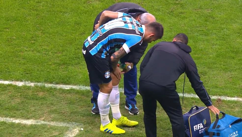Felipe Vizeu sentiu problema no joelho esquerdo — Foto: Reprodução