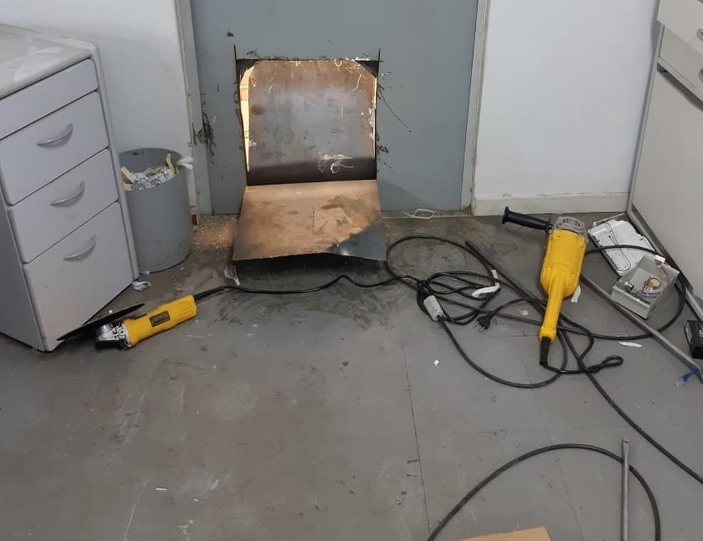 Criminosos cortaram parte de porta que dá acesso ao cofre — Foto: PM-MT/Assessoria