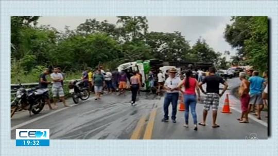 Carreta com carga de algodão tomba e bloqueia rodovia no Ceará; motorista teve ferimentos graves