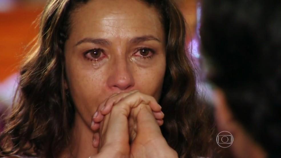 Bibiana (Cyria Coentro) chora ao ouvir confissão de Hélio (Raphael Vianna) sobre atropelamento - 'Flor do Caribe' — Foto: Globo