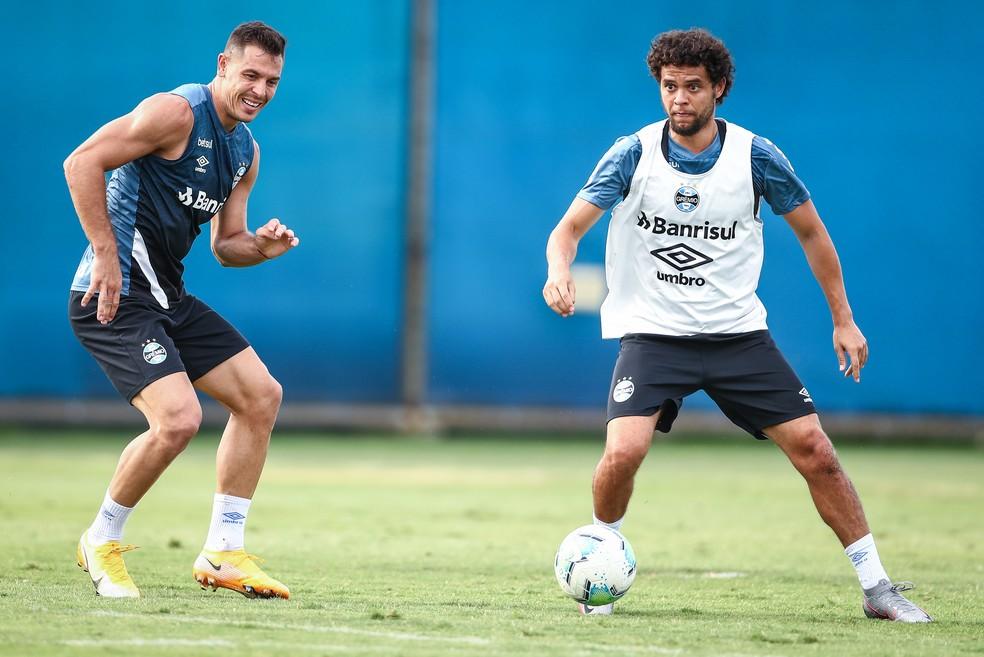 Diego Churín e Victor Ferraz em treino do Grêmio — Foto: Lucas Uebel/Grêmio