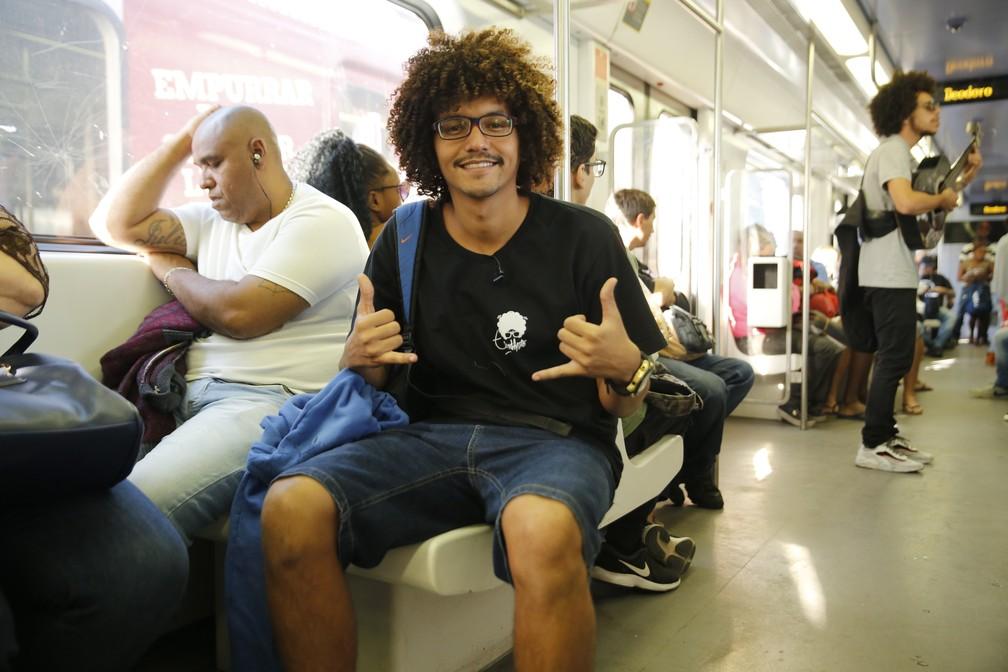 MC Estudante faz rima para passageiros dos trens do Rio — Foto: Jorge Soares/G1