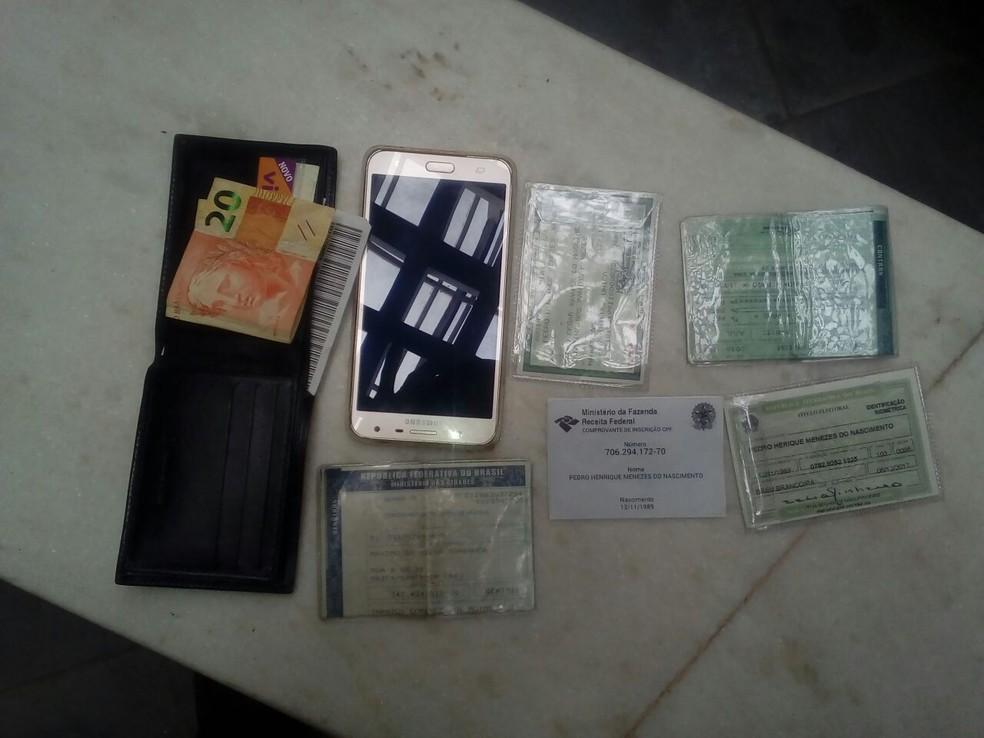 Documentos e celular que estavam em posse de