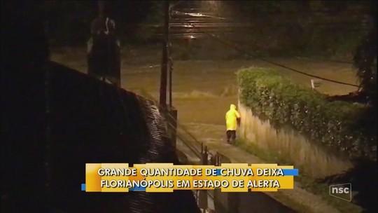 Chuva faz Florianópolis recomendar que moradores evitem sair de casa