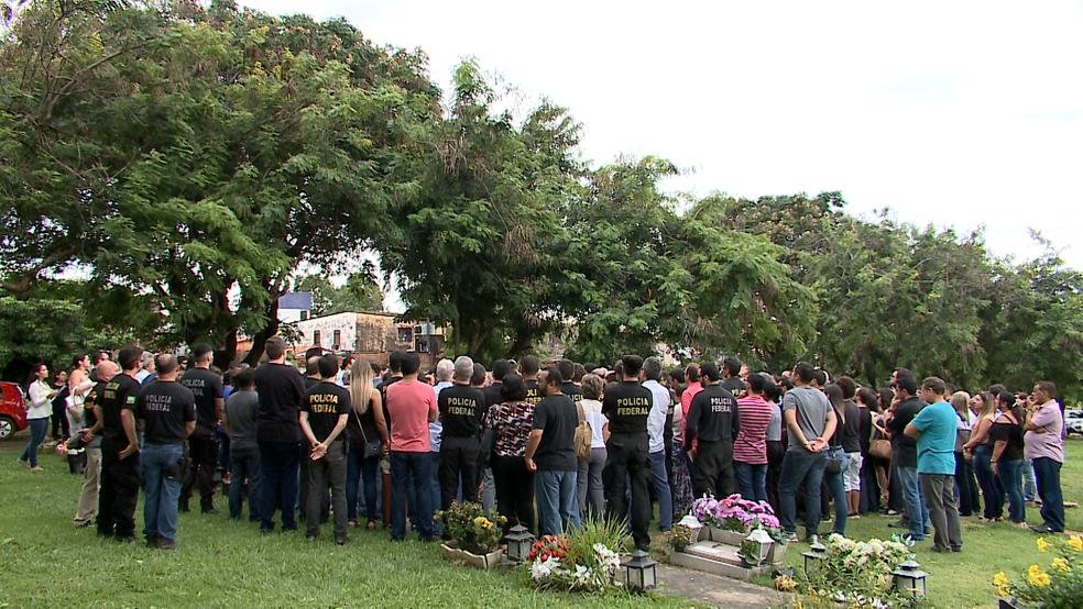 Familiares, amigos e colegas de Davi de Farias Aragão estiveram presentes no sepultamento no Cemitério Parque da Saudade no bairro Vinhais, em São Luís.  (Foto: Miguel Lindoso/TV Mirante)