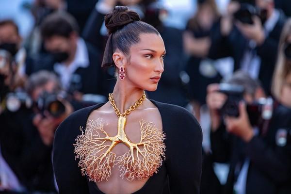 Bella Hadid escandaliza Cannes com seios cobertos apenas com ornamento de ouro
