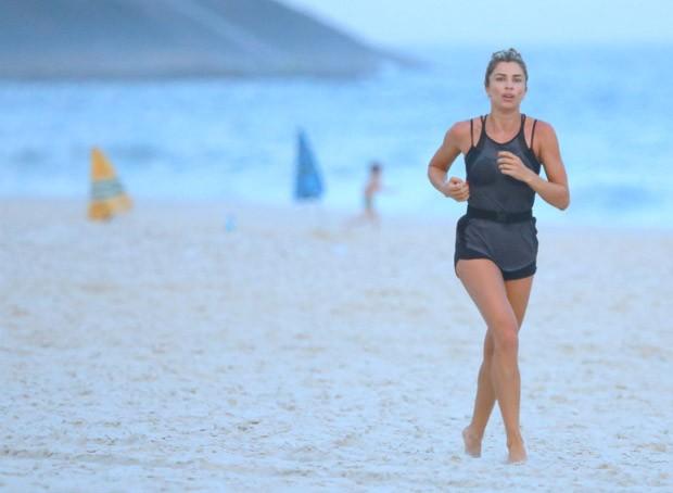 Grazi Massafera corre na orla do Rio (Foto: Delson Silva dos Santos / AgNews)